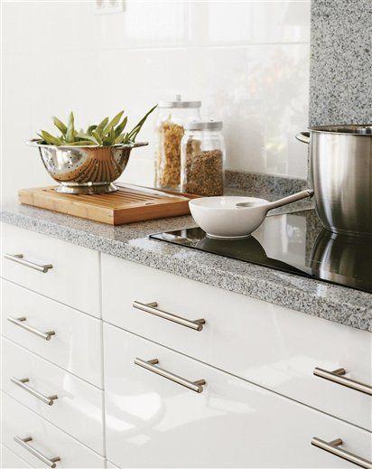 Cozinha branca com bancada cinza