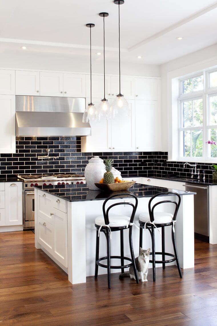 Cozinha branca com revestimento preto de metro