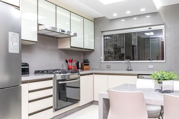 Cozinha clean com armários brancos e bancada em silestone cinza claro