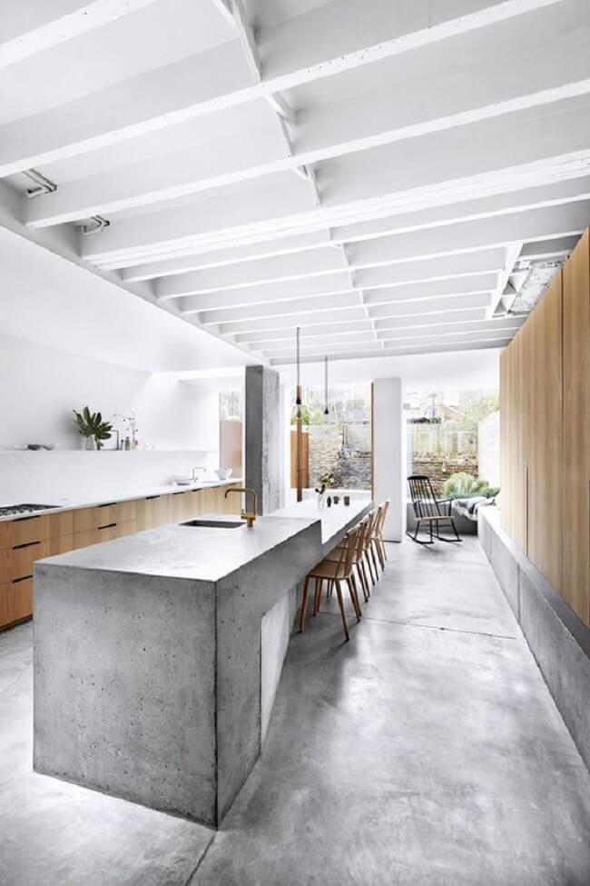 Cozinha clean com uma vasta bancada de cimento queimado. Fonte: Boca do Lobo