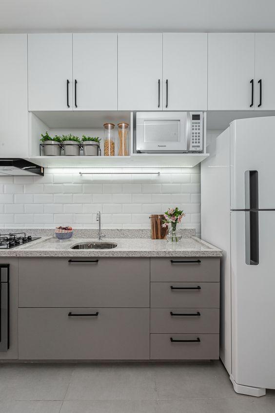 Cozinha com armário e granito bege