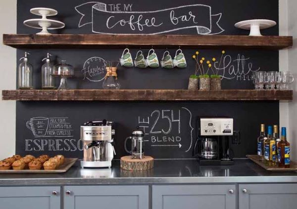 Cozinha com armários cinza prateleiras rusticas e tinta preta