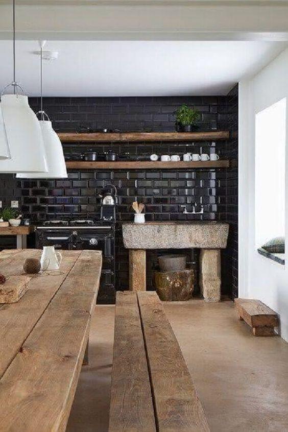 Cozinha com azulejo 3D preto com mesa de madeira
