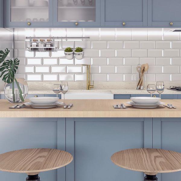 Revestimento 3D de tijolinho branco com armário azul claro