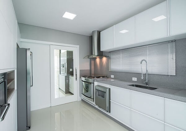 Cozinha com bancada silestone cinza