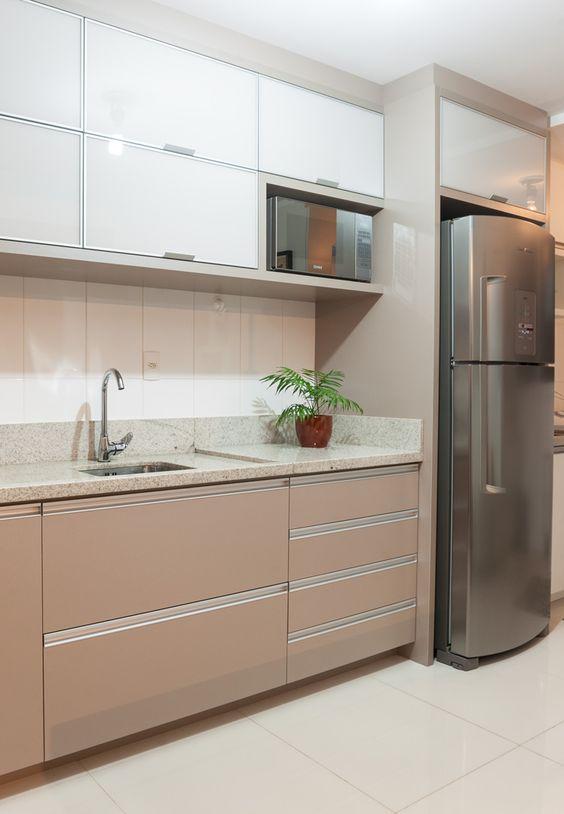 Cozinha com granito bege com armário marrom