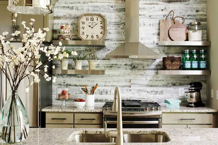 Cozinha com granito bege e armário da mesma cor