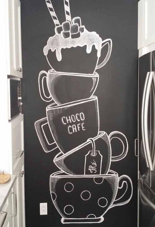 Cozinha com parede de tinta preta lousa