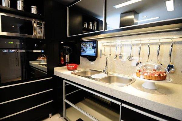 Cozinha com pia de granito bege