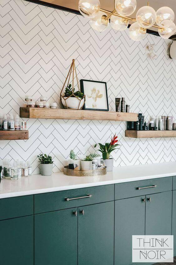 Cozinha com prateleira de madeira