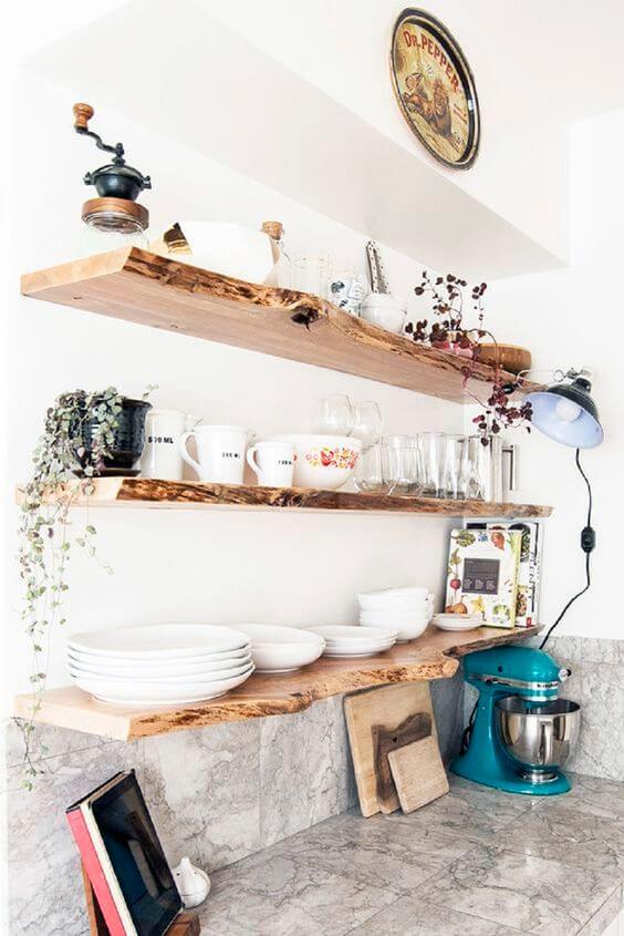 Cozinha com prateleira rustica de madeira