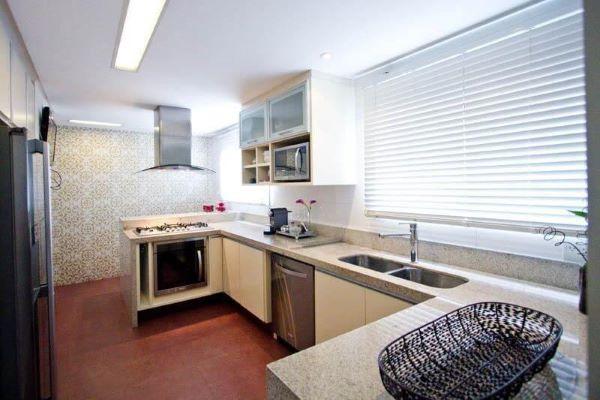 Cozinha com bancada de granito bege