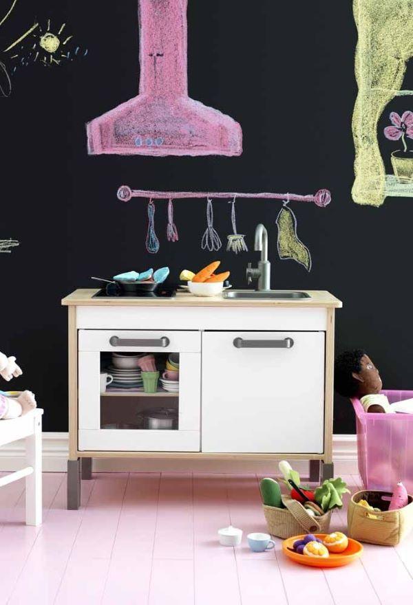 Cozinha infantil com parede de tinta lousa preta