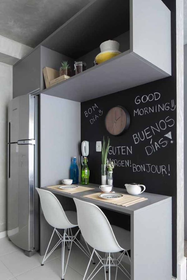Cozinha moderna cinza com tinta lousa preta