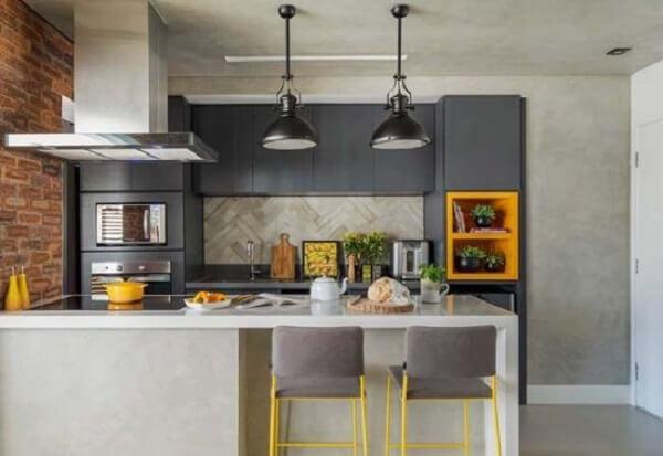 Cuisine moderne et charmante avec comptoir en silestone gris et objets de décoration jaunes