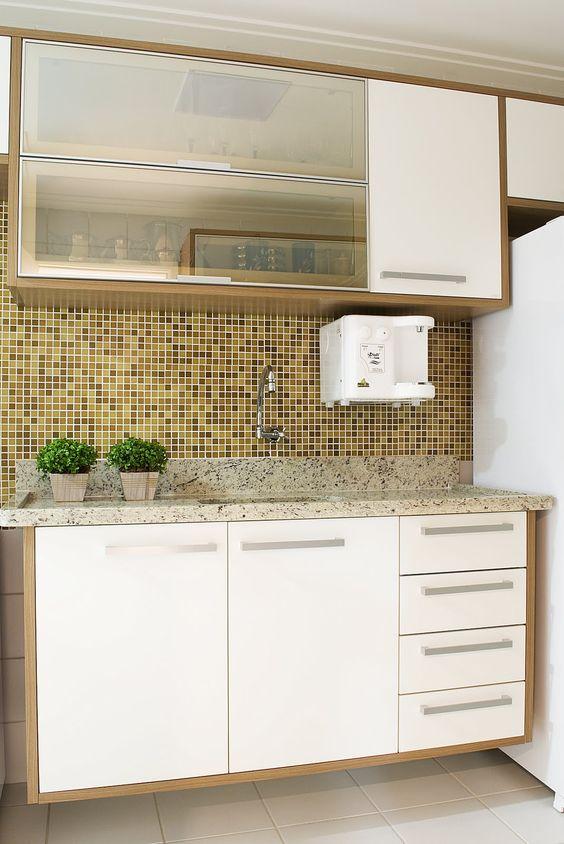 Cozinha pequena com bancada de granito