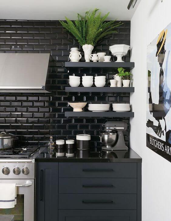 Cozinha preta com revestimento 3D e armários pretos