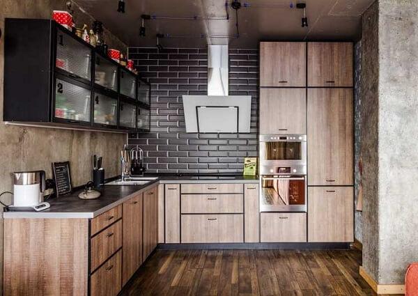 Cozinha rústica com bancada de silestone cinza