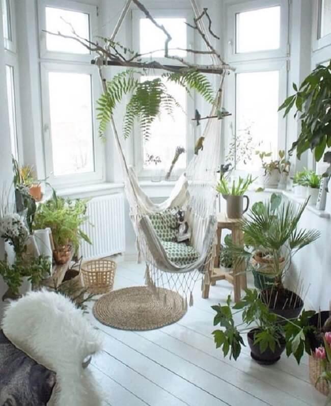 Crie um espaço aconchegante com plantas e cadeira rede