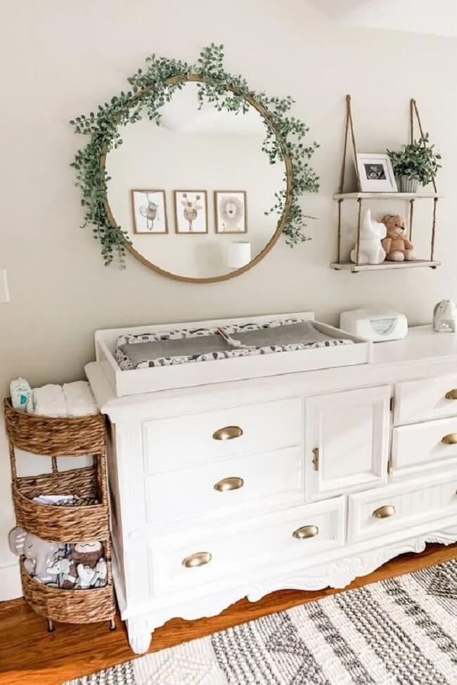 Crie uma linda composição na parede com espelho redondo e prateleira de corda. Fonte: Pinterest