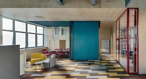 Decoração animada e irreverente com piso vinílico colorido
