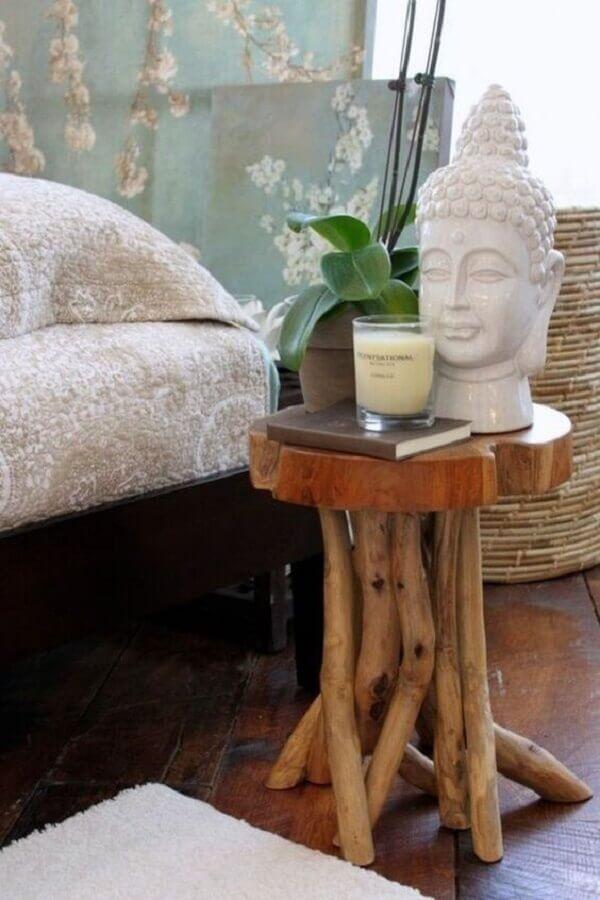 Decoração asiática com mesa lateral de madeira com acabamento rústico  Foto Pinterest