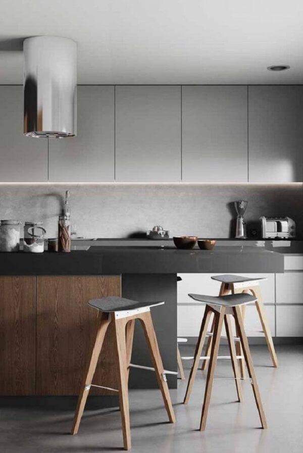 Décor de cuisine propre avec comptoir en silestone gris