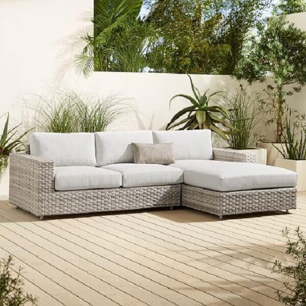 Decoração clean e confortável com sofá de vime com acabamento branco
