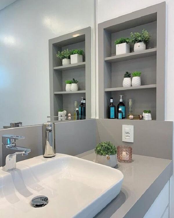 Décor de salle de bain moderne et sophistiqué avec comptoir en silestone gris