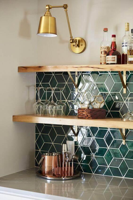 Decoração de cozinha com prateleira de madeira e mão francesa dourada