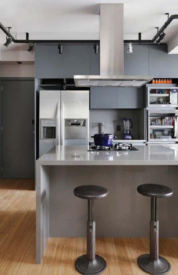Décor de cuisine moderne avec comptoir d'îlot en silestone gris