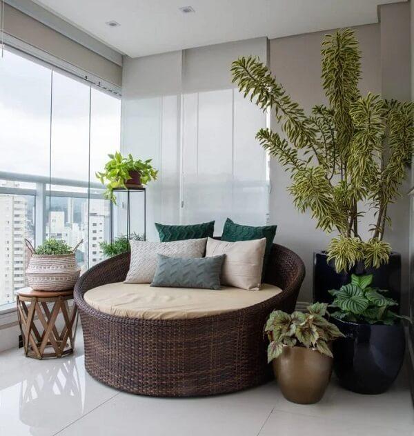 Decore a varanda de apartamento com sofá redondo de vime