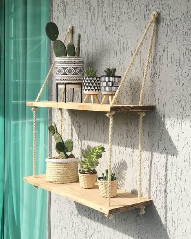 Decore a varanda do imóvel com a prateleira de corda e madeira. Fonte: Casinha_Dadali