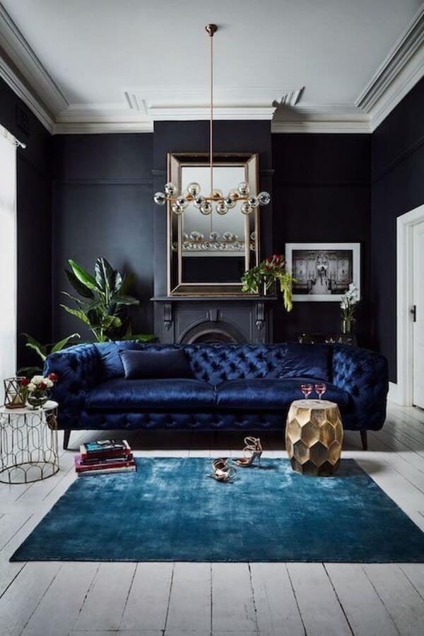 Decore sua sala com sofá azul marinho e tapete da mesma cor