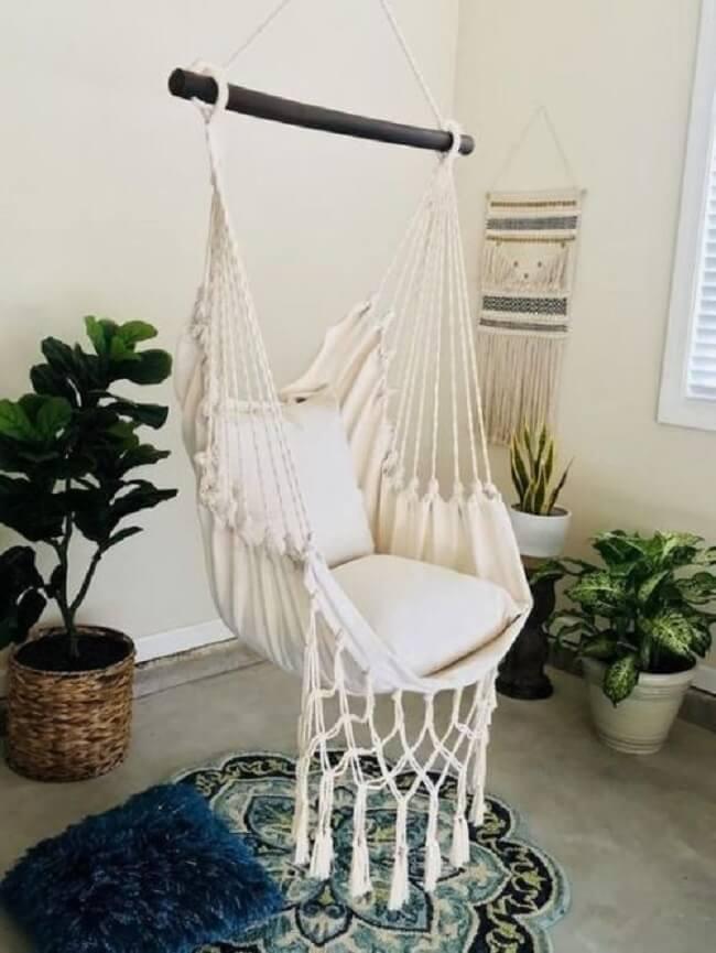 Escolha um tapete criativo para colocar debaixo da cadeira rede de teto