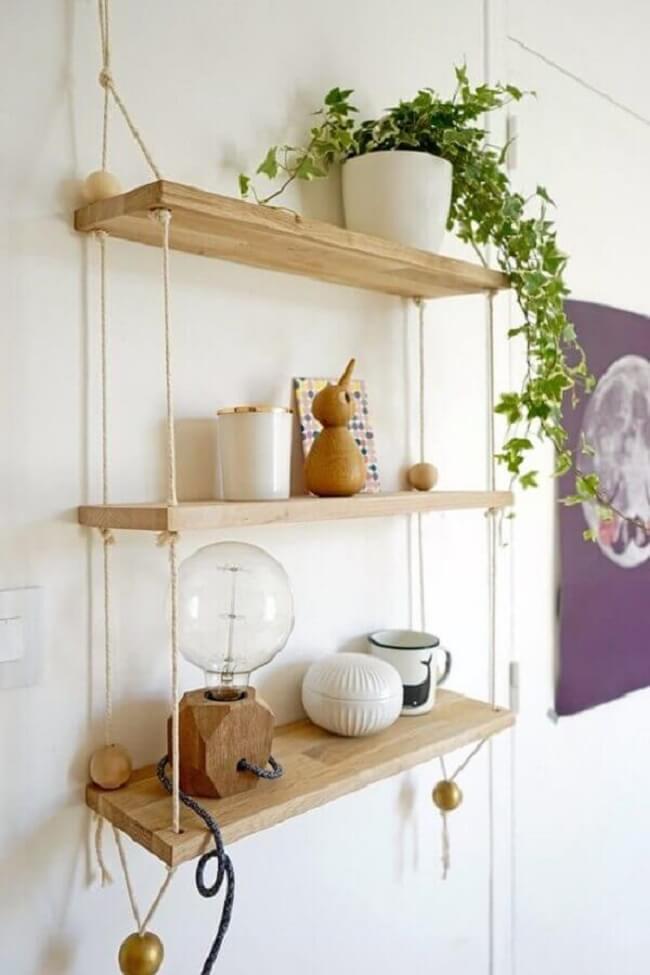 Escolha uma planta pendente para decorar a prateleira de madeira com corda. Fonte: Viajando no Apê