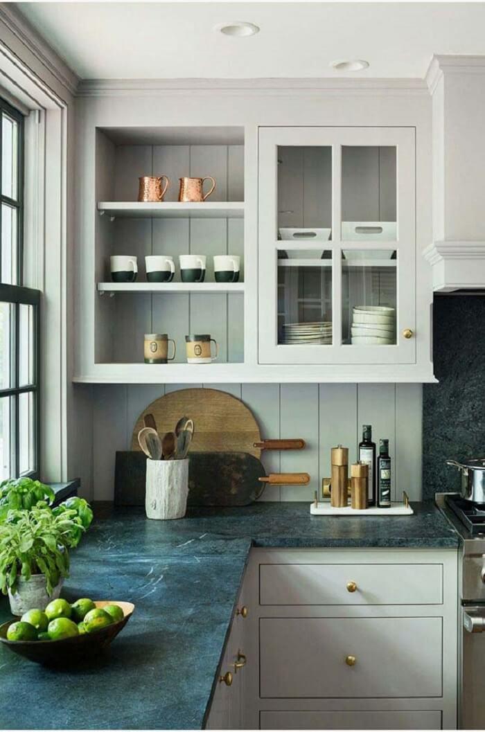 Cozinha branca com pedra de granito para bancada verde