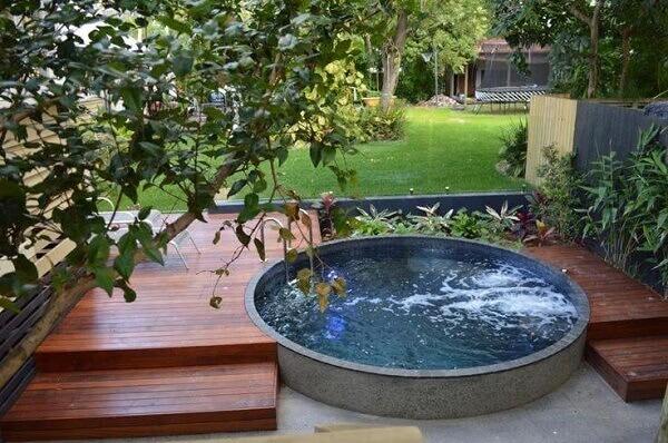 Jardim com piscina redonda e hidromassagem, que tal? Fonte: Pinterest