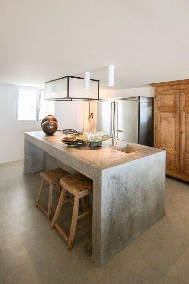 Limpe a bancada de cimento queimado apenas com água e sabão. Fonte: Kitchen Design & Remodeling Ideias