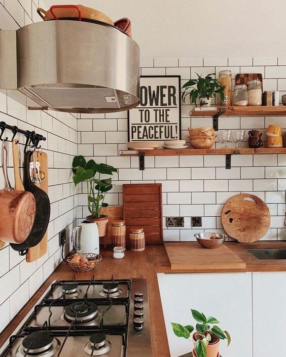 Mão francesa na prateleira de madeira
