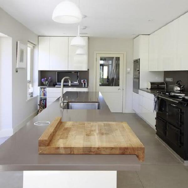 Marcenaria branca e silestone cinza claro na bancada decoram a cozinha