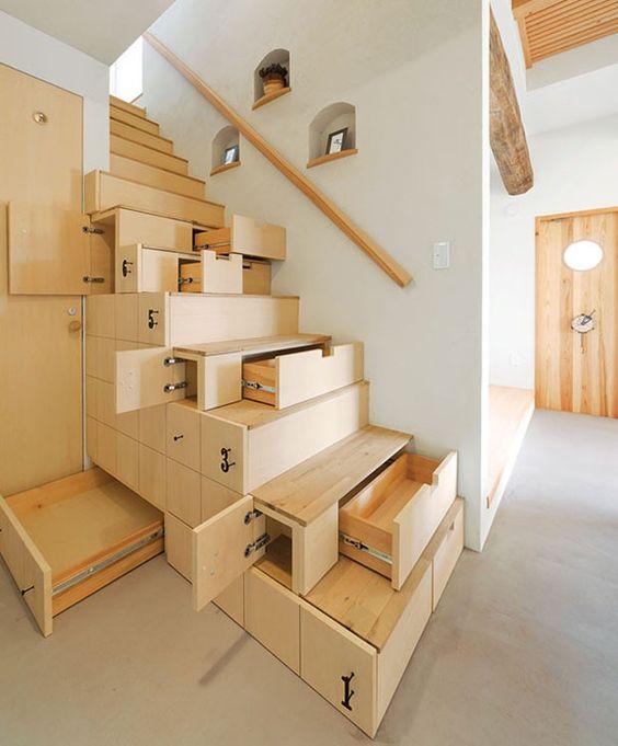 Marcenaria inteligente com gavetas na escada