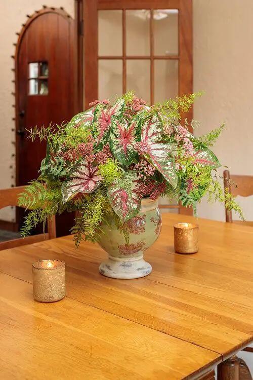 Mesa com Caladium na decoração