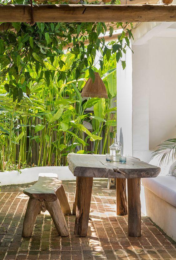 Mesa de jantar de pedra e madeira