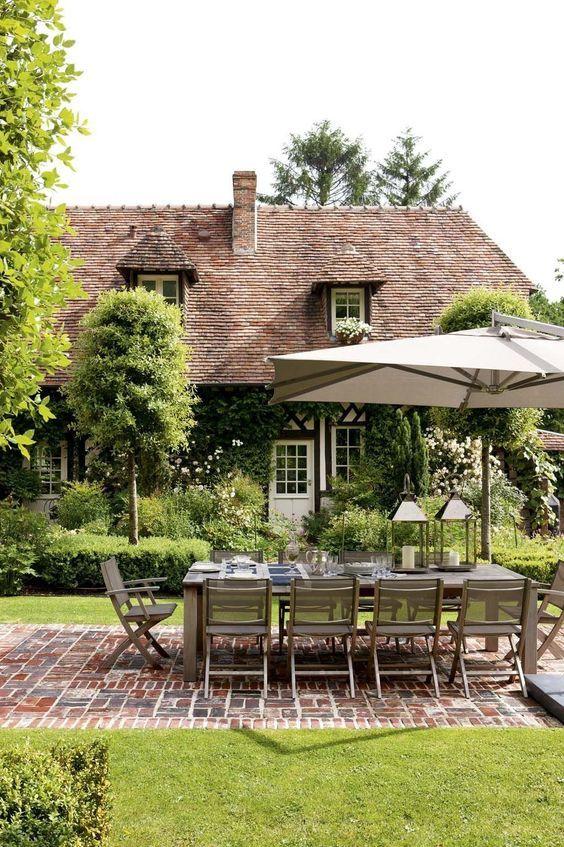 Mesa de jardim com 12 lugares e guarda sol