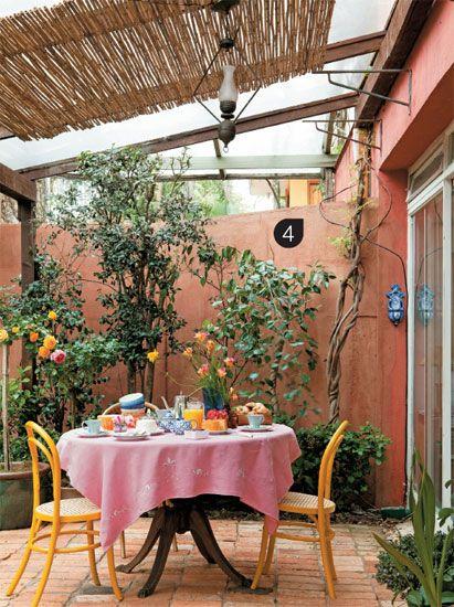 Mesa de jardim com cadeira amarela
