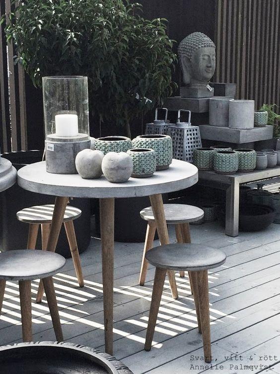 Mesa de jardim de cimento com pés de madeira