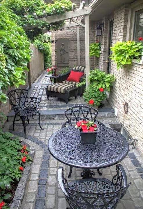 Mesa de jardim de ferro com poltronas e cadeiras