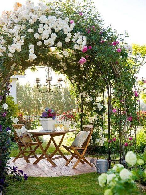 Mesa de jardim de madeira com arco de flores encantador