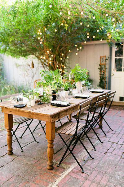 Mesa de jardim de madeira com cadeira de ferro e madeira